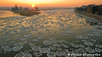 Amanecer congelado en el río Oder