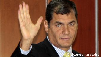 Ecuadorian President, Rafael Correa, waves at his arrival to the National Court of Justice of Ecuador in Quito, on 24 January 2012. Correa described the suspension of the hearing today, due the illness of one of the three judges in charge of the process against El Universo newspaper for a column that the president considered offensive as a new trick, and Correa accused the newspaper of wanting to discredit the new National Court of Justice. EPA/Jose Jacome +++(c) dpa - Bildfunk+++