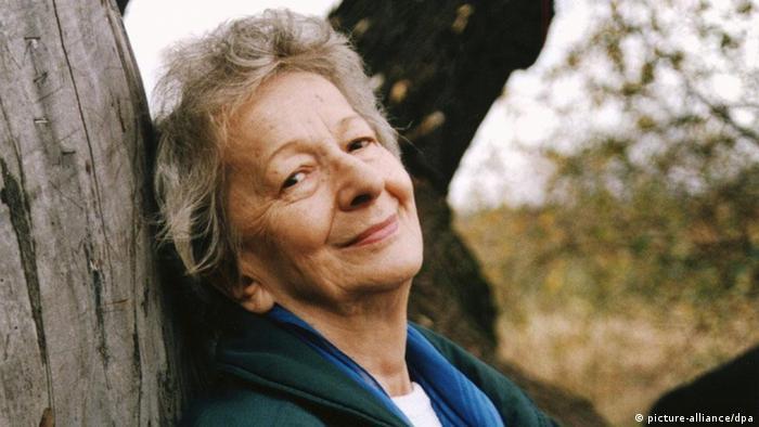 Die polnische Lyrikerin Wislawa Szymborska am 15.10.1996 bei einem Spaziergang durch Krakau, wo sie seit 1931 zurückgezogen lebt. Die 73jährige, Trägerin renommierter internationaler Auszeichnungen wie dem Goethe-Preis der Stadt Frankfurt und dem Herder-Preis, wird am 10.12. in Stockholm mit dem Nobelpreis für Literatur ausgezeichnet. Mit insgesamt neun Gedichtbänden, die in den mehr als 50 Jahren ihres poetischen Schaffens in Polen entstanden sind, hat sich Szymborska den unangefochtenen Ruf der ersten Dame der polnischen Poesie erworben. Ihre Rede zur Verleihung des Goethe-Preises 1991 stand unter dem für ihr Werk wegweisenden Motto Ich schätze Zweifel.