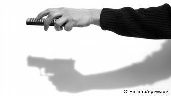 Hand mit Fernbedienung: Schattenwurf als Pistole
