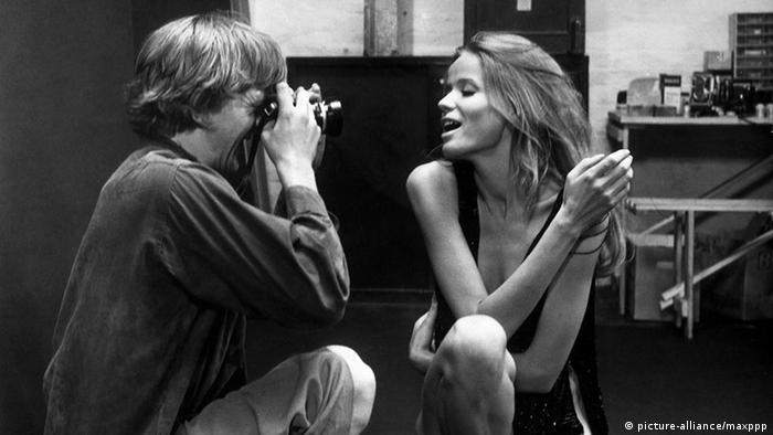 Filmszene aus dem Film Blow Up mit Fotograf und Modell (Foto: picture-alliance/maxppp)