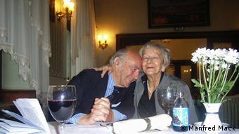 Wislawa Szymborska und Karl Dedecius in Krakau 2005 zu sehen sind (Foto: Manfred Mack). Wislawa Szymborska ist tot. Die 1996 mit dem Nobelpreis ausgezeichnete Dichterin starb am Mittwochabend im Alter von 88 Jahren nach langer Krankheit, meldete die polnische Nachrichtenagentur PAP unter Berufung auf Szymborskas Assistenten.