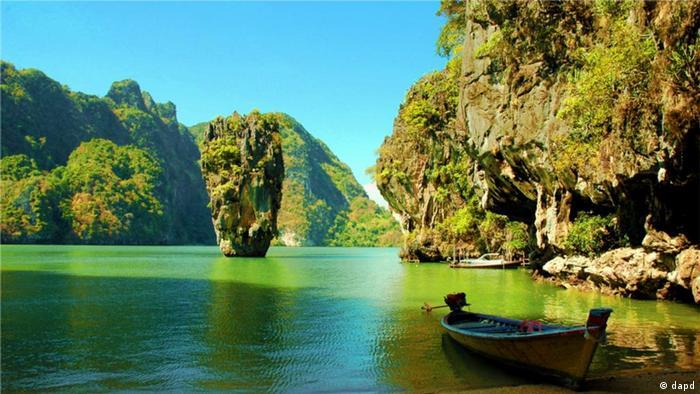 Der berühmte James Bond-Felsen in einer Bucht in Thailand. (dapd)