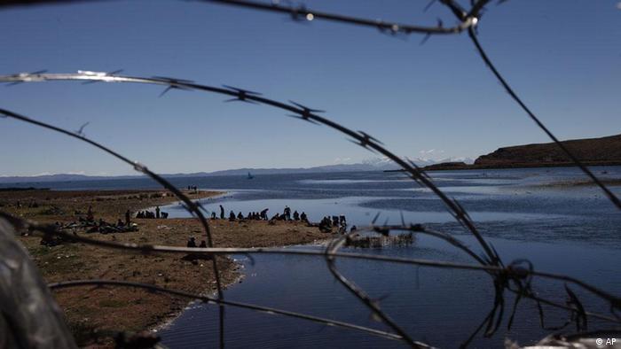 Peru Bolivien Titicaca See Grenze Bedrohter See des Jahres 2012