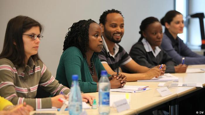 Ort : Deutsche Welle, Bonn Beschreibung Fotos 3 und 4: Studierende des Masterstudienganges IMS im Seminar. Das Curriculum bezieht sowohl theoretische wie praktische Arbeiten mit ein. Die Studierenden kommen aus der ganzen Welt.