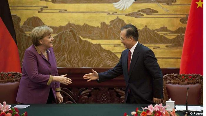 German Chancellor Angela Merkel (L) shakes hands with Chinese Premier Wen Jiabao at the end of a news conference at the Great Hall of the People in Beijing February 2, 2012. Merkel on Thursday urged China to use its influence to persuade Iran to give up its nuclear programme, at the start of a three-day visit when she will also seek China's support for the ailing euro. REUTERS/Adrian Bradshaw/Pool (CHINA - Tags: POLITICS)// eingestellt von se