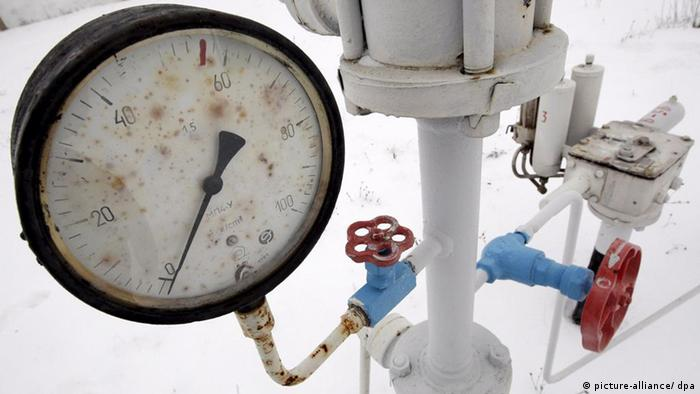 A view of a gas pressure-gauge of the natural gas pipeline in Boyarka village near Kiev, Ukraine, 03 January 2009. Eastern European nations began tapping their natural gas stockpiles on 03 January as the flow from Russia slacked off amid a dispute between Russia and Ukraine about pricing and shipment of gas.Ukrainian gas company officials said they were sending their own supplies of natural gas to neighbours to make up for shortfalls after Russia tightened the taps on some gas exports on 01 January. For its part, Gazprom called on the European Union on 03 January to punish Ukraine for hampering gas transit to Europe. EPA/SERGEY DOLZHENKO +++(c) dpa - Bildfunk+++