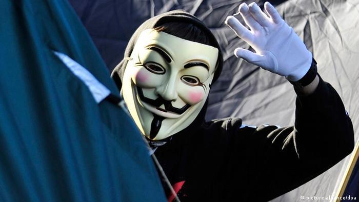 """Die Guy-Fawkes-Maske ist das Erkennungszeichen der Hacker-Gruppe """"Anonymous"""" (Foto: dpa)"""