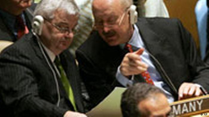 Joschka Fischer and Gunter Pleuger (r.) in the UN plenary