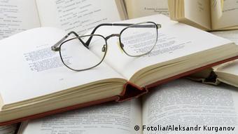 Bücher Haufen mit Lesebrille (Fotolia/Alexander Kurganov)