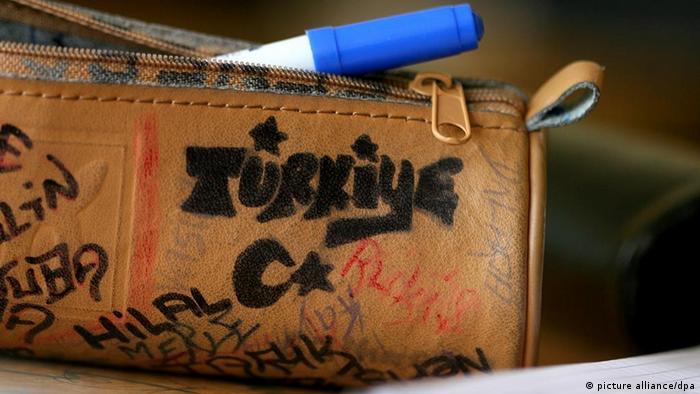 Deutschland Schule Mäppchen einer Schülerin Türkei Schriftzug