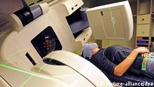 ARCHIV - Eine Krebspatientin liegt am 08.10.2010 in der Strahlentherapie im Krankenhaus Dresden-Friedrichstadt in Sachsens modernstem neuen Bestrahlungsgerät vom Typ «Rapid Arc». Dabei rotiert ein Linearbeschleuniger 360 Grad um den Patienten. Am Samstag (04.02.2012) ist Weltkrebstag. Foto: Matthias Hiekel dpa +++(c) dpa - Bildfunk+++