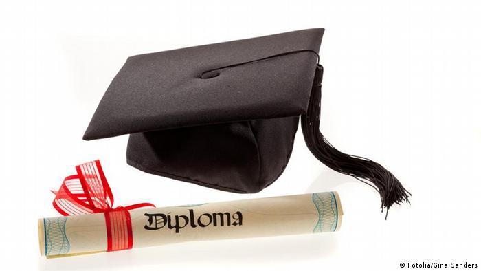Doktorhut mit Diplom