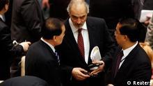 بشار جعفری نماینده سوریه در سازمان ملل در حال گفتوگو با نمایندگان چین
