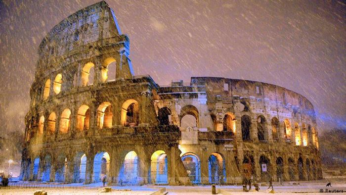 REFILE - CLARIFYING CAPTION The ancient Colosseum is seen during an heavy snowfalls early morning in Rome February 4, 2012. REUTERS/Gabriele Forzano (ITALY - Tags: ENVIRONMENT TPX IMAGES OF THE DAY)