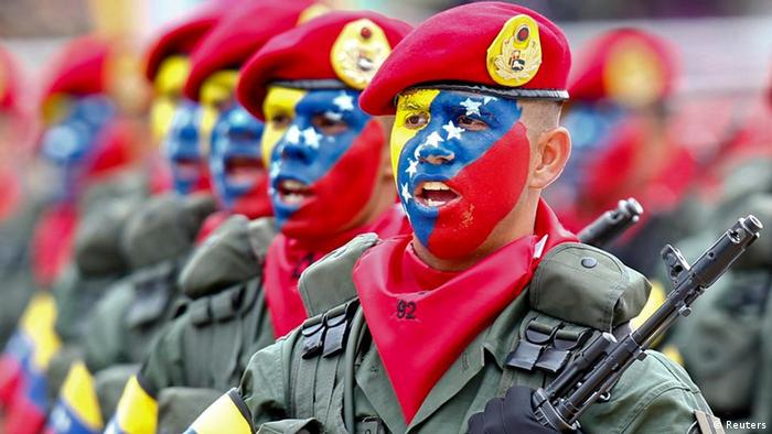 Venezuelan soldiers march during a military parade to commemorate the 20th anniversary President Hugo Chavez's failed coup attempt in Caracas February 4, 2012. REUTERS/Jorge Silva (VENEZUELA - Tags: POLITICS MILITARY ANNIVERSARY)