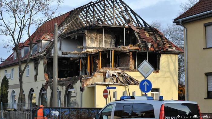 Ein Polizeifahrzeug steht vor dem zerstörten Haus der rechtsextremen Terrorzelle in Zwickau (Foto: dpa)