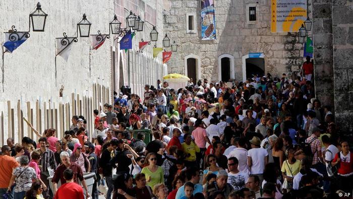 Menschenmassen an der Fortaleza, wo die Buchmesse Havanna stattfindet