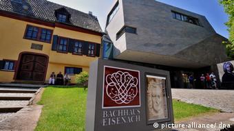 Ancien bâtiment à côté d'un nouveau avec une photo extérieure de Bach et un panneau portant l'inscription Maison Bach Eisenach