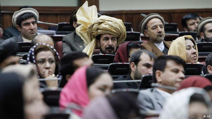 Afghan parliament members listen to a speech by President Hamid Karzai, unseen, during the opening ceremony of the second year of the Afghanistan parliament in Kabul, Afghanistan, Saturday, Jan. 21, 2012. Karzai announced to parliament on Saturday that he has taken the lead in peace negotiations with the Hizb-i-Islami insurgent faction, meeting personally with radical Islamist militia representatives to push ahead with the peace process. (Foto:Musadeq Sadeq/AP/dapd)