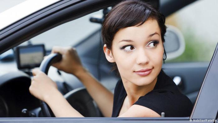 Junge Frau im Auto