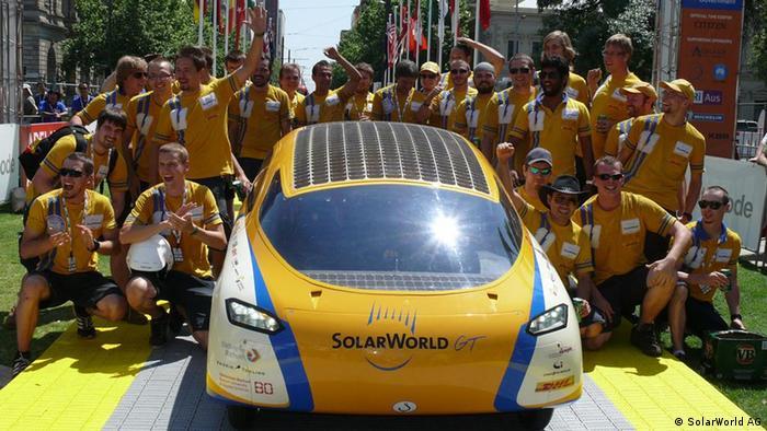 Quelle: http://www.solarworld.de/fileadmin/sites/sw/presse/aktuelle_pressefotos/swgt_010.jpg Solarauto der SolarWorld AG und der Fachhochschule Bochum wird mehr als 30.000 Kilometer allein mit der Kraft der Sonne zurücklegen Allein mit der Kraft der Sonne ist das Solarstromauto SolarWorld GT in Darwin/Australien zur solaren Weltumrundung im Oktober 2011 gestartet. Nach einem Jahr wird der SolarWorld GT in Australien zurückerwartet. Erstmals in der Geschichte des Automobils wird ein Fahrzeug allein mithilfe eines energetisch autarken Elektromotors einmal um den gesamten Globus fahren. Angetrieben wird der SolarWorld GT mit Solarstrom. Das Auto mit integrierten Solarzellen wurde von der SolarWorld AG, führender Anbieter von Solarstromprodukten, gemeinsam mit der Bochum University of Applied Sciences entwickelt. Der Zweisitzer hat die Ausmaße eines üblichen PKW. Die Weltumrundung soll demonstrieren, wie leistungsfähig und alltagstauglich nachhaltige Mobilität unter realen Bedingungen ist.