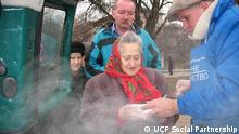 Überschrift Ukraine Kältewelle Obdachlose Alt-Text Eine Dame bekommt Essen beim Projekt Social Control in Kiev Datum: 03/02/12 Fotograf: UCF SOCIAL PARTNERSHIP UCF Social Partnershipgibt auch copyright schutz