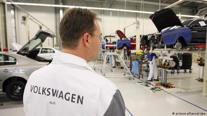 Рабочий завода Volkswagen в Калуге