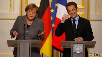 German Chancellor Angela Merkel, left, and France's President Nicolas Sarkozy, right, reacts during a joint press conference after French-German cabinet meeting at the Elysee Palace in Paris, Monday, Feb. 6, 2012. (Foto:Michel Euler/AP/dapd)