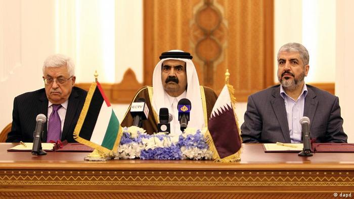 از راست: خالد مشعل، شیخ حامد بن خلیفه الثانی و محمود عباس