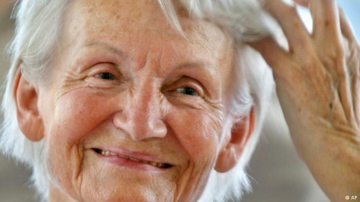 ARCHIV - Margot Honecker fotografiert am 28. Juli 2008 in Managua, Nicaragua, beimm Besuch eines Hospitals. Auch 20 Jahre nach dem Fall der Mauer trauert Margot Honecker der DDR offenbar immer noch hinterher. Alles das, was wir geschaffen haben in vierzig Jahren, das ist nicht wegzuleugnen, sagt die 82-jaehrige Witwe des ehemaligen DDR-Staats- und Parteichefs Erich Honecker in einem Video, das im Internet zu sehen ist. Laut Bild-Zeitung entstand das Video am 7. Oktober - dem Tag der DDR-Staatsgruendung - bei einer Feier ehemaliger politischer Fluechtlinge, die 1973 nach dem Militaerputsch in Chile in der DDR Asyl fanden. (AP Photo/Esteban Felix,Archiv) --FILE - In this July 28, 2008 file picture Margot Honecker, the widow of former East German leader Erich Honecker, gestures during her visit to a German Hospital in Managua. (AP Photo/Esteban Felix,File)