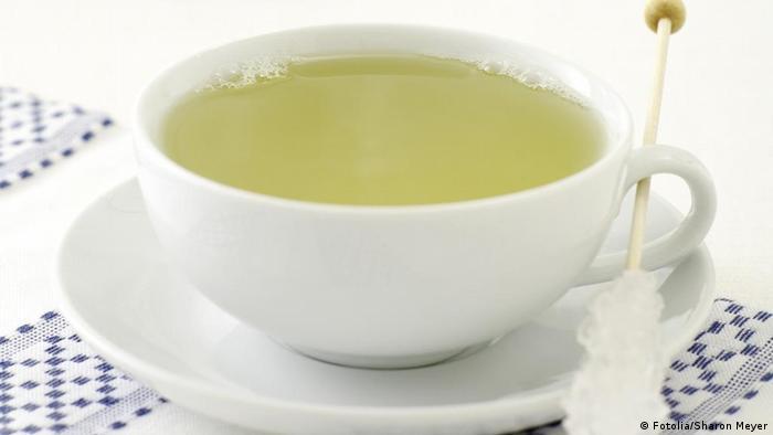چای سبز سرشار از مواد پلی فنول است که نوشیدن آن به پیشگیری از ابتلا به بیماری سرطان کمک میکند و باعث نابودی سلولهای سرطانی و تومورهای موجود در بدن میشود. علاوه بر آن در برخی مطالعات علمی آمده است که چای سبز نقش مهمی در جلوگیری از بروز بیماریهای قلبی ـ عروقی دارد. همچنین نوشیدن چای سبز در ترمیم سلولهایی که به دلیل آکسیدان، فرضا از طریق کشیدن سیگار، آسیب میبینند نقش موثری دارد.