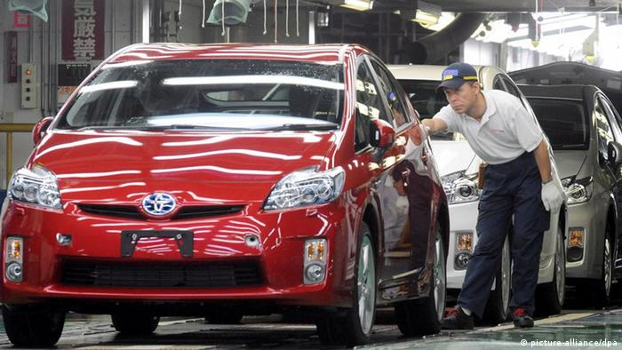 Toyota Prius assembly line in Japan Photo: EPA/EVERETT KENNEDY BROWN dpa +++(c) dpa - Bildfunk+++