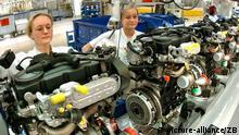 Im Chemnitzer Volkswagen-Motorenwerk werden am Freitag (04.02.2005) von Carmen Karstaedt (l) und Anett Pohl 140-PS-Dieselmotoren gefertigt. Am selben Tag lief der siebenmillionste am Standort Chemnitz gefertigte VW-Motor vom Band und eine neue Fertigungslinie für Dieselmotoren wurde in Betrieb genommen. Bereits 1988 wurde eine Fertigungsanlage für Viertakt-Motoren installiert. Heute arbeiten in dem Werk 800 Beschäftigte. Foto: Wolfgang Thieme +++(c) dpa - Report+++