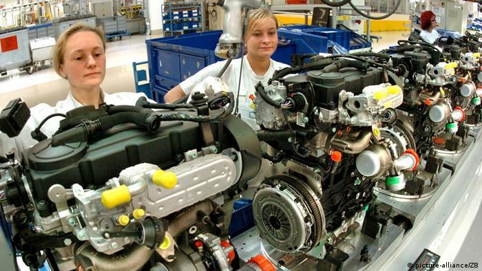 Neue Fertigungslinie für Dieselmotoren im VW Werk Chemnitz (picture-alliance/ZB)