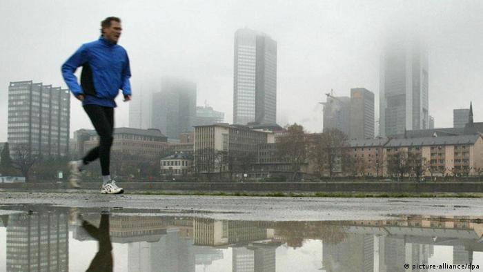 Jogger vor der Skyline von Frankfurt (Foto: dpa)