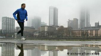 Jogger Frankfurt am Main Skyline Regen Sport