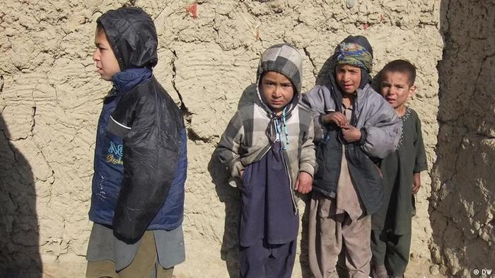 Kinder stehen vor einer Lehmhütte im Kabuler Winter (Foto: DW)