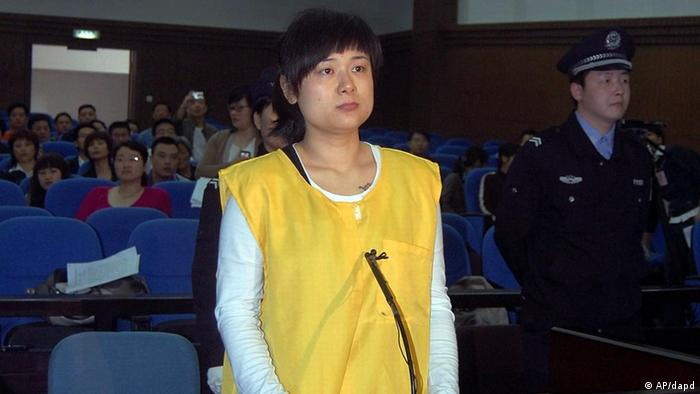 In this photo taken on Saturday April 16, 2009 and made available on Tuesday April 19, 2011, Wu Ying, head of the Bense Holding Group, stands on trial for allegedly raising over 390 million yuan by promising high returns to her creditors at the intermediate people's court in Jinhua in eastern China's Zhejiang province. (Foto:AP/dapd) CHINA OUT
