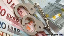 Symbolbild Steuern Steuererklärung Steuerhinterziehung Geld Kriminalität