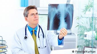 Ein Arzt betrachtet ein Röntgenbild © Kurhan #27410462