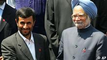 هند میگوید مایل نیست که تمامی معاملات خود با ایران را متوقف کند و به تحریمهای آمریکا بپیوندد. احمدینژاد و مانموهان سینگ، نخستوزیر هند