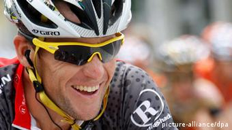epa03090936 (FILE) US cyclist Lance Armstrong from team Radioshack smiles during the second stage of the Tour de Suisse cycling race, near Ascona, Switzerland, 13 June 2010. After a nearly two year investigation, the US attorney's office in Los Angeles, USA, announced on 03 February 2012 that it has closed the case and would not bring charges related to doping against the champion cyclist and his teammates. EPA/JEAN-CHRISTOPHE BOTT +++(c) dpa - Bildfunk+++