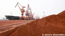 --FILE--Piles of rare earth to be exported to Japan are pictured at the Port of Lianyungang in Lianyungang city, east Chinas Jiangsu province, 5 September 2009. The EU has demanded that China loosen its policy on sales of rare earth materials after the World Trade Organisation upheld a ruling that Beijings policies to limit raw material exports violated international trade rules. The case, brought in 2009 by the EU, US and Mexico, touches on one of the biggest sources of tension in the world trading system: the use of export restrictions to hoard raw materials for the use of domestic manufacturers. Schlagworte Wirtschaft, Bergbau, Rohstoffe, China, Seltene Erden, Tagebau