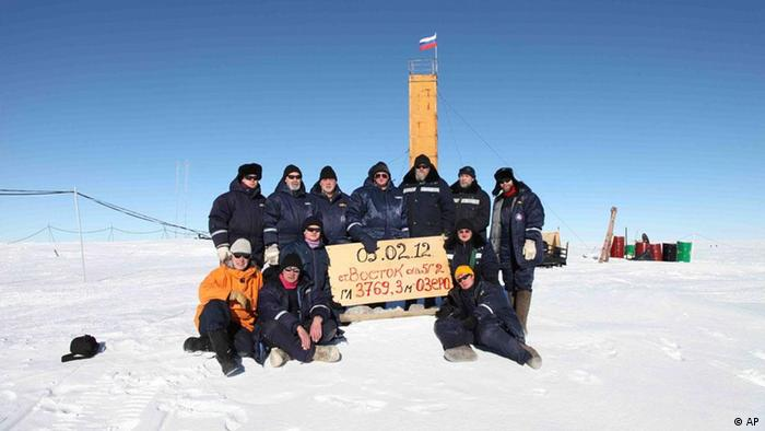 In this Monday, Feb. 5, 2012 photo provided by Arctic and Antarctic Research Insitute of St. Petersburg, Russian researchers at the Vostok station in Antarctica pose for a picture after reaching subglacial lake Vostok. Scientists hold the sign reading 05.02.12, Vostok station, boreshaft 5gr, lake at depth 3769.3 metres. The Russian team reached the lake hidden under miles of Antarctic ice on Sunday, a major scientific discovery that could provide clues for search for life on other planets. (Foto:Arctic and Antarctic Research Institute Press Service, /AP/dapd)
