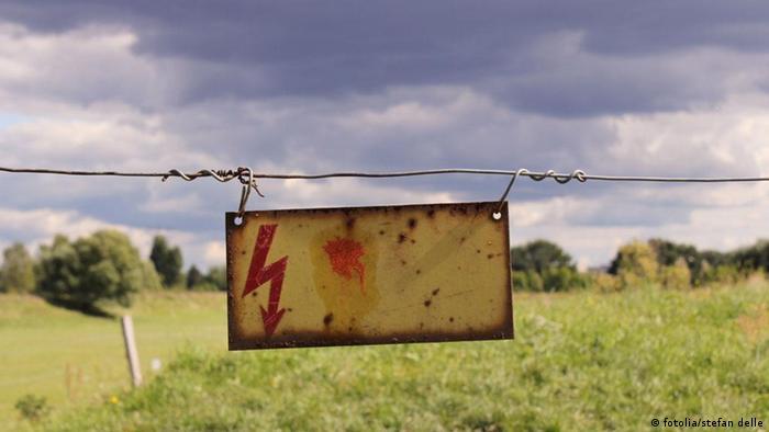 Warnschild Hochspannung Spannung Blitz Zaun
