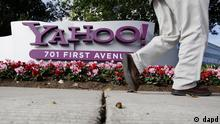 FILE - In this Dec. 1, 2010 file photo shows an employee leaves a Yahoo headquarters building in Sunnyvale, Calif. Carol Bartz was fired from Yahoo Monday after two and a half years as CEO. Tim Morse, the company's chief financial officer, was named interim CEO. (Foto:Paul Sakuma, File/AP/dapd)