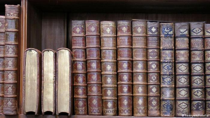 Symbolbild Bücherregal mit alten Büchern