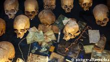 Totenschädel, Ausweispapiere, Rosenkränze u.a. Besitztümer von Opfern des Völkermordes befinden sich am 15.01.2006 in einer Gedenkstätte in Ruandas Hauptstadt Kigali. Zwölf Jahre nach dem Genozid, dem 1994 während eines 100 Tage dauernden Massakers zwischen den Bevölkerungsgruppen der Tutsi (12%) und der Hutu (86%) über 800.000 Menschen zum Opfer fielen, normalisiert sich langsam die Lage in dem afrikanischen Land. Die politische Lage ist stabil, die wirtschaftliche Situation jedoch sehr schlecht. Ruanda gehört zu den ärmsten Ländern der Erde. Foto: Wolfgang Langenstrassen +++(c) dpa - Report+++ pixel