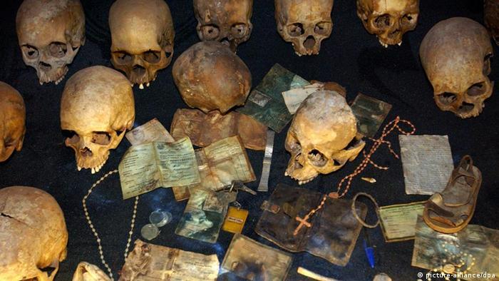 Totenschädel in einer Gedenkstätte